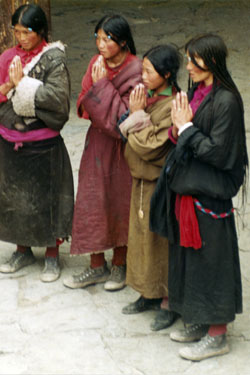 Pilgrims in Jokhang courtyard