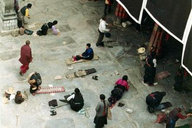 Pilgrims prostrating at Jokhang entrance