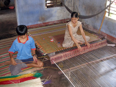 Weaving dyed rushes for mattresses